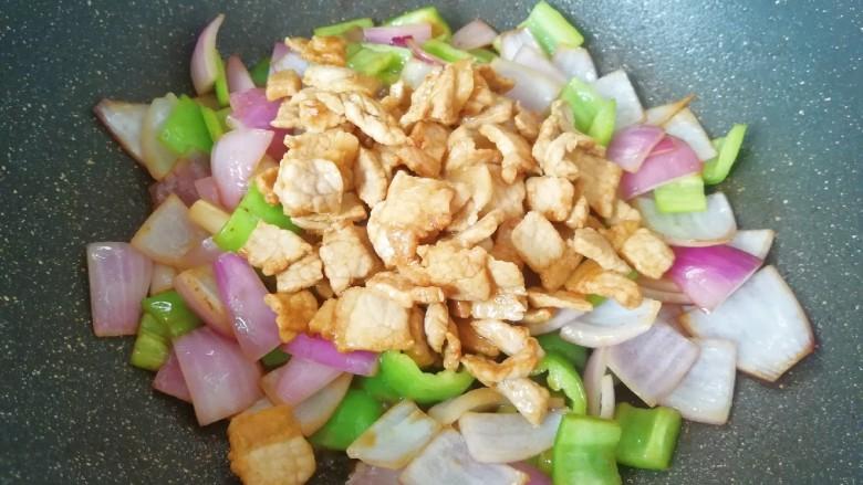 青椒洋葱炒肉片,下入炒好的肉片翻炒均匀。
