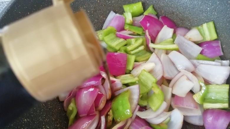 青椒洋葱炒肉片,加入鲜贝露。
