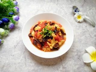 西红柿木耳炒鸡蛋,盛出装盘,撒一点香菜装饰一下。
