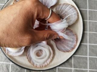 蒜蓉粉丝蒸扇贝,粉丝沥水捞出,用手卷一下放入扇贝壳中这样不会横七竖八的影响美观。