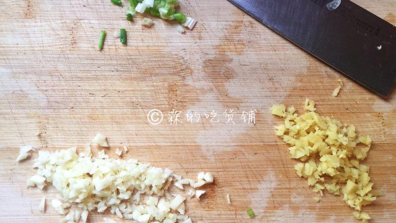 家常版的鱼香肉丝,葱切葱花、姜蒜剁末。