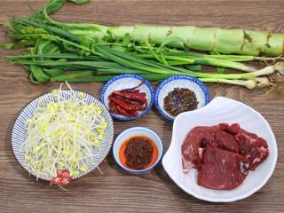 水煮牛肉,备好食材,黄豆芽、绿豆芽均可、若有新鲜的花椒代替干花椒更完美,我在市场里转了两圈,都没找到新鲜的花椒,只好作罢