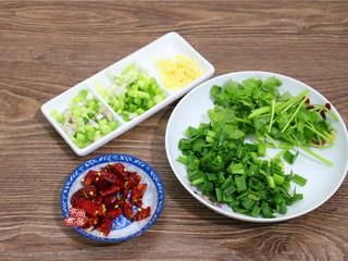水煮牛肉,干辣椒洗净切段、葱姜蒜分别洗净切碎、香菜洗净切段