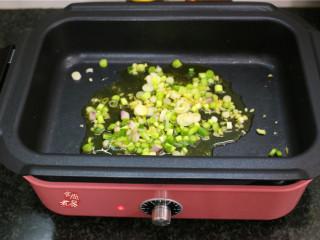 水煮牛肉,继续烧热炒锅,倒入菜籽油,将姜、葱、蒜末煸炒出香味