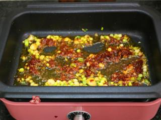 水煮牛肉,待炒出红油时,放入干辣椒和花椒炒香