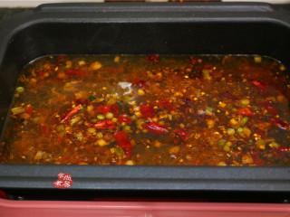 水煮牛肉,所有调料炒出香味后,加入一碗清水,遮上锅盖,大火煮10分钟左右