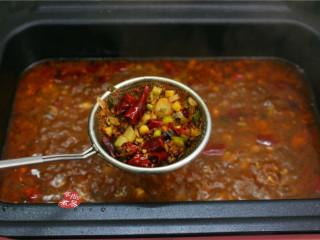 水煮牛肉,煮至汤汁香味扑鼻,再用漏勺捞出调料渣丢弃