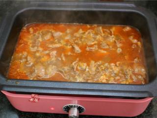水煮牛肉,待牛肉煮至伸展发亮时立马起锅