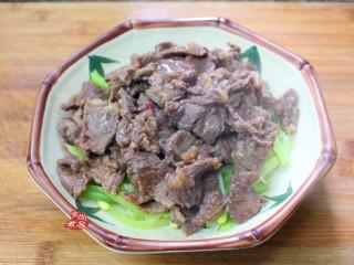 水煮牛肉,将煮好的牛肉倒在有莴笋豆芽打底的碗里,表面撒些香菜