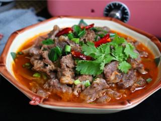 水煮牛肉,端起锅,将滚汤的香油淋在牛肉上面,最后再撒点葱花就可以端上餐桌了