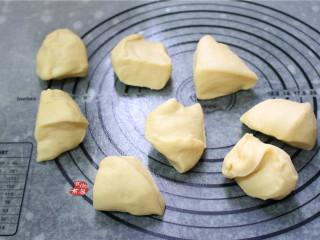 牛奶面包,分割成8个均等的面剂子。