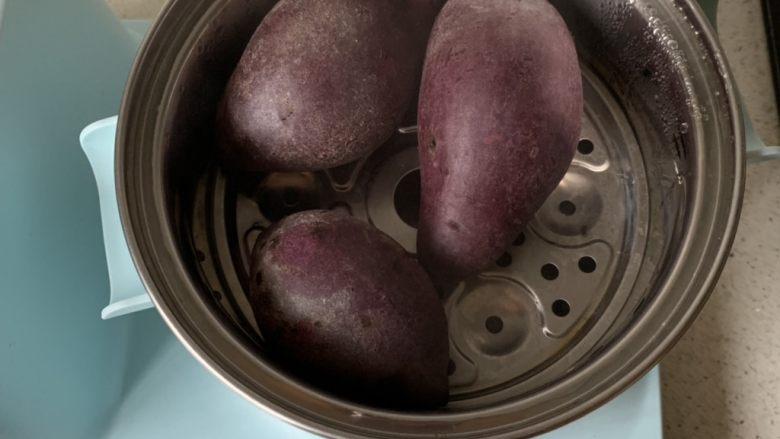 紫薯牛奶小方,紫薯洗净蒸熟