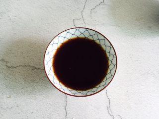 爆炒腰花,取一碗加入蚝油1勺、生抽1勺、料酒2勺、1小茶匙生粉、适量盐、白砂糖和蔬之鲜加少许清水搅拌均匀备用
