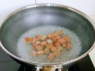 咖喱鸭血粉丝汤,鸭血块焯水: 水烧开后,下鸭血,大火煮2分钟,捞出沥干水分。