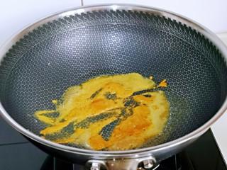 咖喱鸭血粉丝汤,小火将咖喱块炒化。