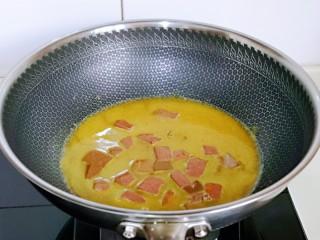 咖喱鸭血粉丝汤,加入纯净水。(水量根据自己需要)