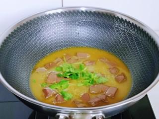 咖喱鸭血粉丝汤,加入香菜段,借助余温烫熟即可。