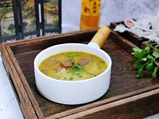 咖喱鸭血粉丝汤,盛出装入碗中。