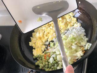 港式XO酱炒饭,再把青豆、玉米、洋葱、胡萝卜,下锅翻炒。
