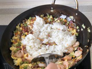 港式XO酱炒饭,最后米饭下锅翻炒均匀。