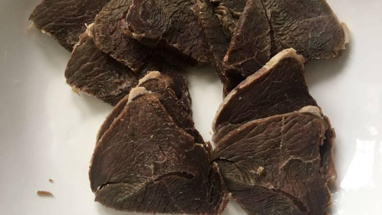会上瘾的麻辣香锅,熟牛肉切片备用,不用太薄,荤菜选择自己的喜欢的就好,五花肉,午餐肉,猪肘,鲜虾等等随便都是可以的