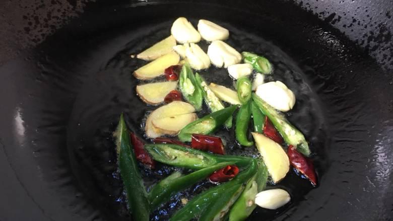 会上瘾的麻辣香锅,锅里放入比平常稍许多一点的油,爆香葱姜蒜和辣椒