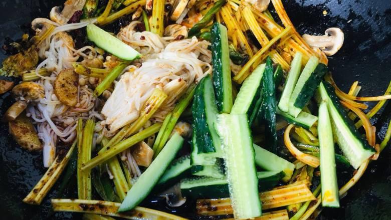 会上瘾的麻辣香锅,加入焯过水的和半成熟的蔬菜