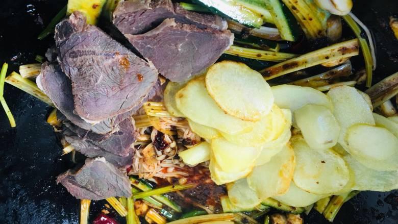 会上瘾的麻辣香锅,加入牛肉片和土豆,这步加入成熟的蔬菜