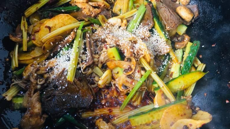 会上瘾的麻辣香锅,所有的蔬菜翻炒片刻入味,加入适量的白芝麻,出锅前加入一小把油炸花生米和香菜,不需要放盐,这调料口味已经很重了