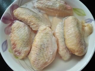 红烧鸡翅,鸡翅泡水泡出血水并清洗干净