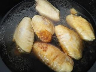红烧鸡翅,加入一碗水开始炖煮