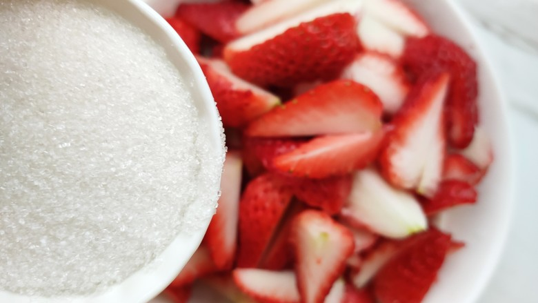 自制草莓酱,一个草莓切成4半