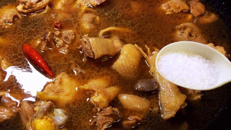 烧鸡块,放盐调味