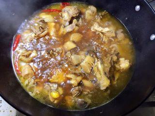 烧鸡块,大火烧开后转中火炖40分钟,至鸡块炖熟