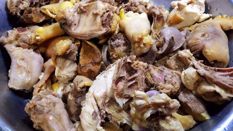 烧鸡块,焯水后的鸡块捞出洗净,沥干水分