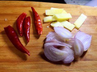 烧鲫鱼,毛葱切片,生姜切条