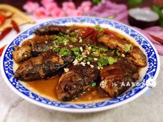 烧鲫鱼,盛出装盘时撒香菜段和大蒜末