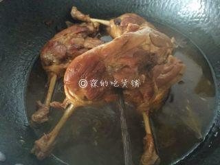 酱鸭腿,一直焖煮到,筷子能轻松的戳出去,就可以了,如果锅里的汁水还有很多的话,就开大火快速收汁。