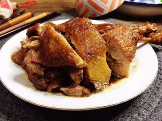 酱鸭腿,放凉后切块。