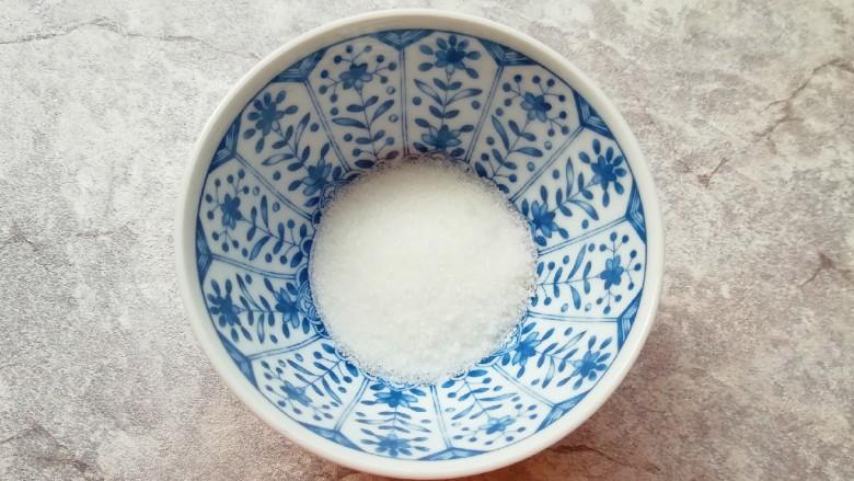 泡椒萝卜条,<a style='color:red;display:inline-block;' href='/shicai/ 869'>白砂糖</a>放入小碗里,加入热水将糖化开,晾凉备用。