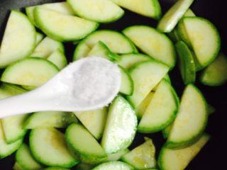 西葫芦黑木耳炒鸡蛋,加1/2小茶匙盐翻炒一下