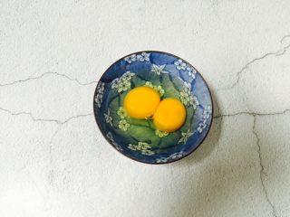 西葫芦黑木耳炒鸡蛋,鸡蛋打入碗中