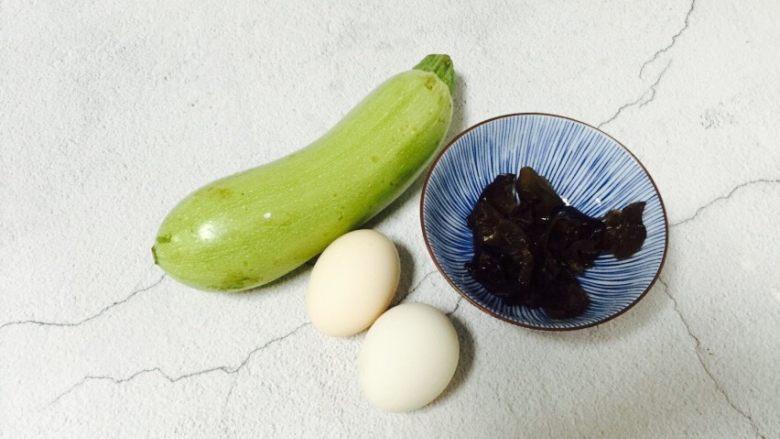 西葫芦黑木耳炒鸡蛋,准备好食材