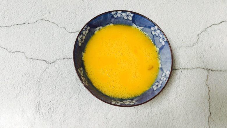 西葫芦黑木耳炒鸡蛋,搅打均匀