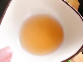 虫草花鸡汤,倒入料酒