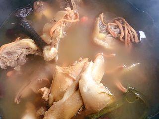 虫草花鸡汤,搅拌均匀,我们再顿个20分钟左右
