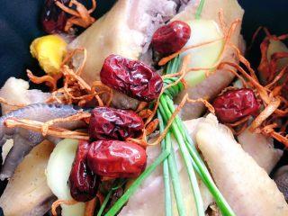虫草花鸡汤,加入红枣