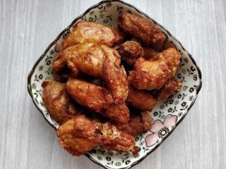 """蒜香鸡脖,将鸡脖一个个放入油中,鸡脖会很快浮起,说明油温合适,如果沉底不动,说明油温太低。 将表面炸成金黄色后,调低油温到100度左右,把鸡脖""""养炸""""到熟透,盛出备用。"""