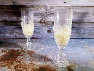酒酿烧仙草水果杯,小圆子装入杯中