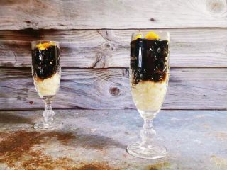 酒酿烧仙草水果杯,杯中再放入烧仙草和芒果,浇上酒酿